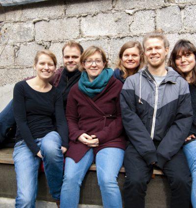 Mitglieder der Neuerburg WG in ihrem Haus.